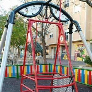 AUNOR coloca los primeros juegos de inclusión en los parques infantiles de Cieza