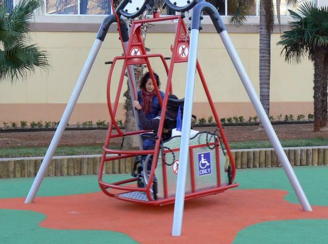 El Ayuntamiento de Oliva instala el columpio adaptado para sillas de ruedas en su renovado parque infantil